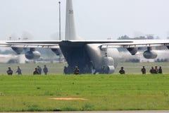 Soldater som utplacerar från militärt flygplan Royaltyfri Foto