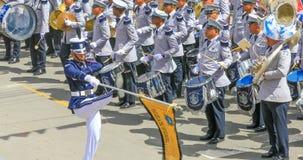 Soldater ståtar in med den musikaliska musikbandet arkivfoton