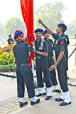 Soldater stiger flaggan på Indien Royaltyfria Foton