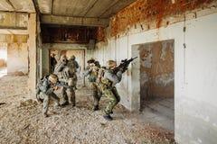 Soldater stormade byggnaden upptagen av fienden Fotografering för Bildbyråer