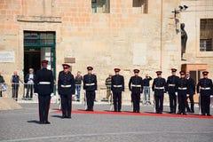 Soldater utanför Aubergen de Castille, Valletta fotografering för bildbyråer