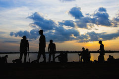 Soldater vilar på floden på solnedgången Royaltyfri Foto