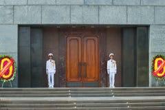 Soldaterna av armén för Vietnam folk` s på vakten på dörren av den Ho Chi Minh mausoleet hanoi vietnam Royaltyfri Bild