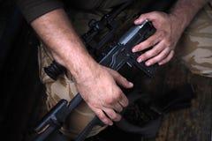 Soldathänder och slut för prickskyttgevär upp Kriga royaltyfria bilder