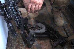 Soldathänder och slut för prickskyttgevär upp Kriga arkivbilder