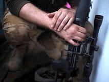 Soldathänder och slut för prickskyttgevär upp Kriga arkivbild