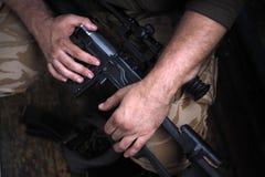 Soldathänder och slut för prickskyttgevär upp Kriga arkivfoton