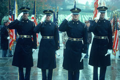 Soldati ad attenzione a servizio di giorno di veterani immagine stock libera da diritti