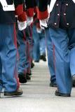 Soldati che camminano via immagini stock