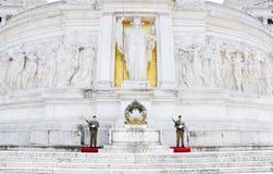 Soldati che custodicono l'altare della patria a Roma Fotografia Stock Libera da Diritti