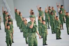 Soldati che eseguono durante la ripetizione 2013 di parata di festa nazionale (NDP) Fotografie Stock Libere da Diritti
