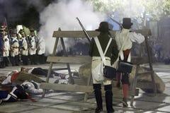 Soldati che fanno fuoco contro il nemico nella rappresentazione della battaglia di Bailen fotografia stock libera da diritti