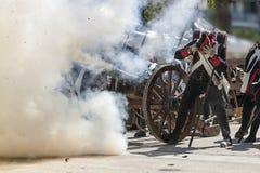 Soldati che fanno fuoco contro il nemico nella rappresentazione della battaglia di Bailen immagini stock