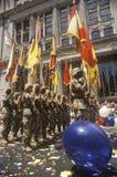 Soldati che marciano con le bandiere, parata del nastro di cuore, New York, New York Fotografia Stock Libera da Diritti