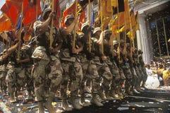 Soldati che marciano con le bandiere, parata del nastro di cuore, New York, New York Immagine Stock