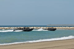 Soldati che raggiungono la spiaggia Immagini Stock Libere da Diritti