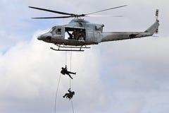 Soldati che si calano in corda doppia da un hovercraft fotografie stock