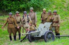 Soldati con artiglieria pesante fotografie stock libere da diritti