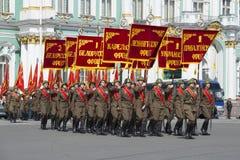 Soldati con le bandiere sul quadrato del palazzo Ripetizione della parata in onore di Victory Day a St Petersburg Fotografia Stock Libera da Diritti