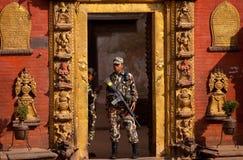 Soldati davanti al palazzo Fotografia Stock