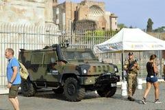 soldati del Anti-terrorismo sulla pattuglia nei siti turistici di Roma Immagine Stock