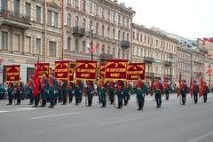 Soldati della guardia di onore con le norme delle parti anteriori di grande guerra patriottica prima St Petersburg Immagine Stock Libera da Diritti
