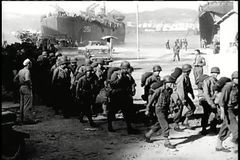 Soldati della panoramica che arrivano nella città lacerata di guerra video d archivio