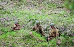 Soldati dentro la fossa fotografie stock