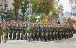 Soldati di cavalleria dispersi nell'aria dell'esercito ucraino in Kyiv, Ucraina Fotografia Stock