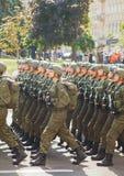 Soldati di cavalleria dispersi nell'aria dell'esercito ucraino in Kyiv, Ucraina Immagine Stock