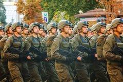 Soldati di cavalleria dispersi nell'aria dell'esercito ucraino in Kyiv, Ucraina Fotografie Stock