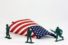 Soldati di giocattolo che proteggono bandiera americana Fotografia Stock Libera da Diritti