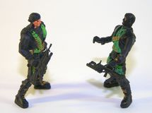 Soldati di plastica dei bambini, due figure dei banditi sotto forma di arma L'immagine era primo piano contenuto fotografia stock libera da diritti