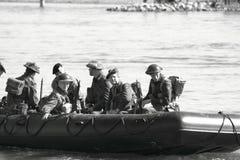 Soldati di WW II che attraversano il fiume Fotografia Stock