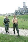Soldati di WWII e castello di Ogrodzieniecki Immagine Stock