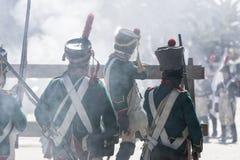 Soldati francesi alle barriere facendo fuoco contro il nemico durante la rappresentazione della battaglia di Bailen fotografie stock libere da diritti