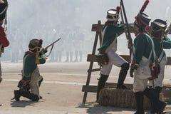 Soldati francesi alle barriere facendo fuoco contro il nemico durante la rappresentazione della battaglia di Bailen immagine stock libera da diritti