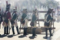 Soldati francesi che infornano da una barriera durante la rappresentazione della battaglia di Bailen fotografie stock libere da diritti