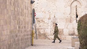 Soldati israeliani nella vecchia città Gerusalemme archivi video