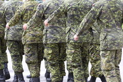 Soldati in marcia in uniforme Fotografia Stock