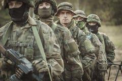 Soldati mascherati giovani muniti Fotografia Stock