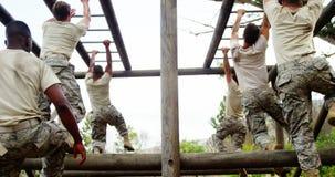 Soldati militari che scalano le barre di scimmia 4k video d archivio