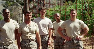 Soldati militari che stanno al campo di addestramento 4k stock footage