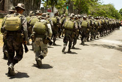 Soldati nel funzionamento completo dell'ingranaggio di combattimento Immagini Stock Libere da Diritti