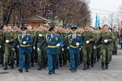 Soldati russi che marciano sulla parata di Victory Day fotografie stock libere da diritti