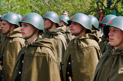 Soldati sovietici in caschi e mantelli Fotografia Stock Libera da Diritti
