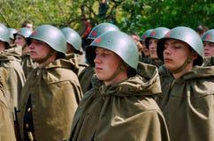 Soldati sovietici in caschi e mantelli Fotografia Stock