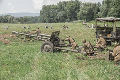 Soldati sovietici che per mezzo di un cannone Immagini Stock
