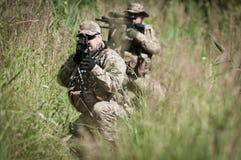 Soldati sul nascondersi della pattuglia Fotografia Stock Libera da Diritti