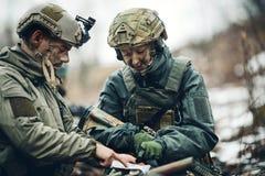 Soldati sull'all'aperto di esame della mappa fotografia stock libera da diritti
